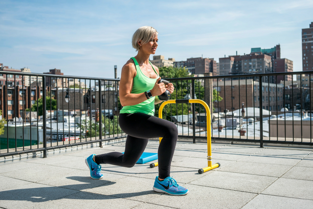Donna WOW 15 kettlebell lunge.png