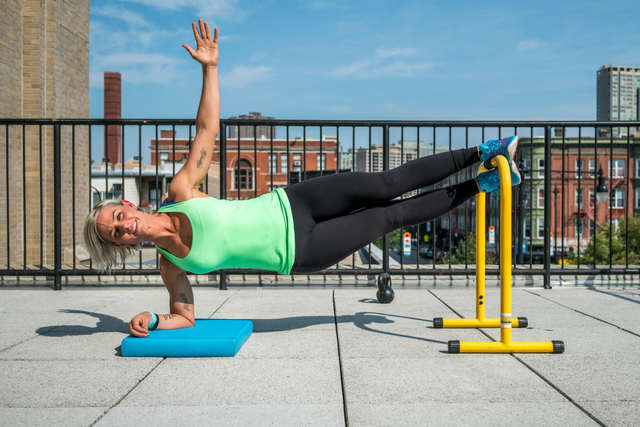 Donna WOW 15 side plank LTS.png